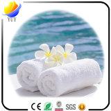 Limpeza colorida do teste padrão de flor que banha a toalha