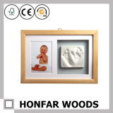 コラージュの記念品のギフトのための白い木の赤ん坊の写真フレーム