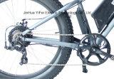 Una bicicletta elettrica grassa urbana da 26 pollici tutto l'incrociatore fuori strada della spiaggia del terreno MTB