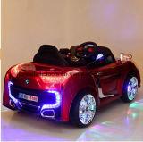 Passeio do bebê no carro elétrico dos miúdos dos brinquedos