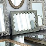 장방형에 의하여 괴롭혀지는 완성되는 회색 짜맞춰진 벽 & 목욕탕 미러