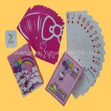 Tarjetas que juegan de tarjetas de juego con insignia de encargo