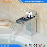 Robinet en laiton d'articles de salle de bains de chrome de bassin sanitaire de cascade à écriture ligne par ligne