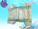 柔らかい綿が付いている柔らかく使い捨て可能な赤ん坊のおむつ