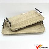 Bandeja de madera de la porción del color natural rústico con la maneta del metal