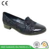 優美の健康は方法歩きやすい女性の偶然の靴に蹄鉄を打つ
