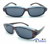 Ajuste del deporte sobre las gafas de sol con la lente polarizada