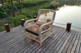 Garten-Weidenwürfel, der gesetztes im Freienrattan-Möbel-Sofa speist