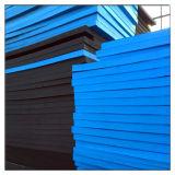 暗く、淡いブルーのカラーによって形成されるエヴァのゴム泡