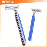 Monica, die zweiseitige Rasierklingen rasiert