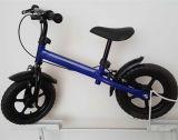 La bicicletta variopinta dell'equilibrio del bambino scherza la bici dell'equilibrio