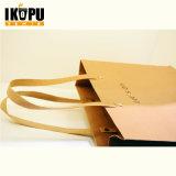 Bolsa de papel que hace compras con insignia de encargo