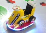 F1 che corre l'automobile di batteria affinchè i ragazzi/ragazze/capretti guidino