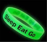 Personalizzare l'incandescenza nel Wristband luminoso del braccialetto del silicone scuro