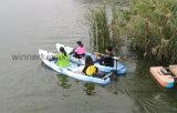 De tres personas sentarse en el barco plástico no inflable de la tapa