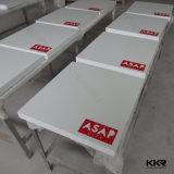 白い石造りのレストランの家具のファースト・フードの表および椅子