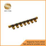 Múltiple de cobre amarillo con los enchufes femeninos