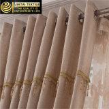 Сверстница задрапировывает дешевые широкие занавесы окна для сбывания