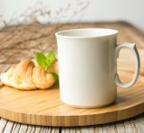 Pequeña taza de cerámica barata del café con leche