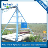 L'eau arrosant le matériel de système central d'irrigation de pivot avec le canon d'extrémité