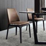 椅子を食事する家具の純木を食事する現代ホテルのレストラン