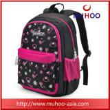 O mensageiro dos miúdos ensaca o saco de escola para a menina
