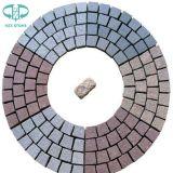 自然で黒い玄武岩または斑岩またはスレートのまたは転落させたまたは砂岩または花こう岩の石造りの舗装の立方体かブラインドまたはペーバーの石または敷石