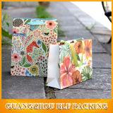 Sac de papier élégant de cadeau avec des fleurs