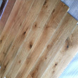 Фабрика сделала широкой планкой белые почищенные щеткой разнослоистые пола древесины дуба