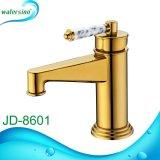 L'oro ha placcato il rubinetto della cucina con la maniglia di marmo