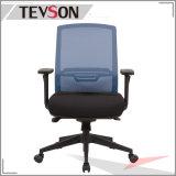 다른 메시 색깔에 있는 현대 사무실 직원 의자