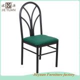 使用されるパッドを入れられるビストロのレストラン椅子を食事する鋼鉄をスタックする