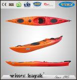 O plástico longo do uso do desengate senta-se no caiaque/barco do oceano da cabina do piloto