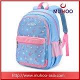 Посыльный малышей кладет мешок в мешки школы для девушки