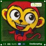 漫画を持つ環境の友好的で多彩な幼稚園の人工的な草
