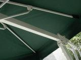 옆 서 있는 옥외 대중음식점 우산 또는 정원 거는 우산
