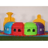 De binnen Jonge geitjes die van de Dia van de Kinderen van het Spel Plastic de Tunnel van het Speelgoed beklimmen
