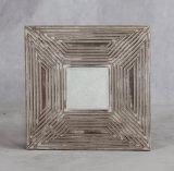 Parete che appende la pagina decorativa di legno dello specchio