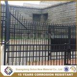 熱いすくいの電流を通された庭の錬鉄の塀