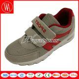 秋の慰めの平野の通気性のスポーツの子供の靴