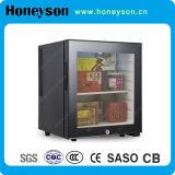 Mini refrigerador del hotel con la puerta de cristal
