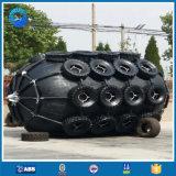 Instalación de parachoques de goma de gran tamaño para los barcos