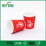O costume descartável imprimiu o copo de papel isolado do café saudável da parede da ondinha