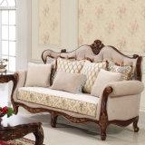 旧式なファブリックソファ標準的な愛シートの椅子の古典的なソファーは居間のための木フレームとセットした