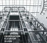 Elevatore facente un giro turistico della piccola stanza della macchina