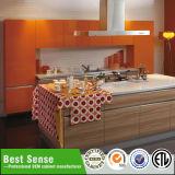 Den gemalten modernen Küche-Schrank hoch verdienen