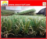 인공적인 잔디 합성 물질 뗏장을 정원사 노릇을 하기
