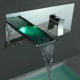 Robinet répandu de vente chaud DEL de cascade à écriture ligne par ligne en laiton de salle de bains du chrome