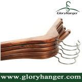 Gancho de madeira do vestuário da roupa da noz Non-Slip com ombros entalhados