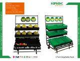 Estante de visualización fresco de madera de la fruta y verdura del supermercado